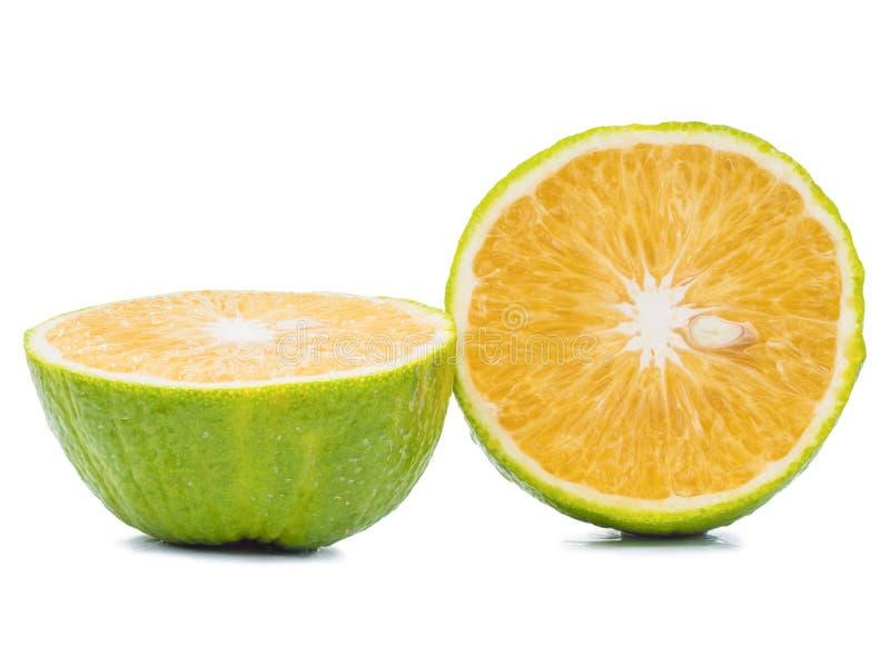 Połówka mandarynu pokrojona pomarańcze odizolowywająca na bielu zdjęcie royalty free