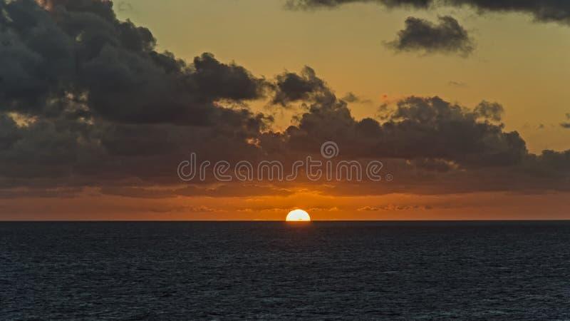 Połówka słońce w oceanie zdjęcia stock