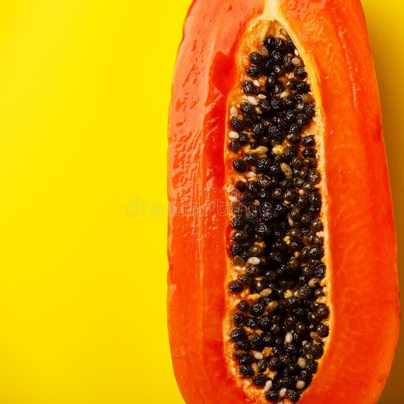 Połówki cięcie dojrzała melonowiec owoc zdjęcie stock