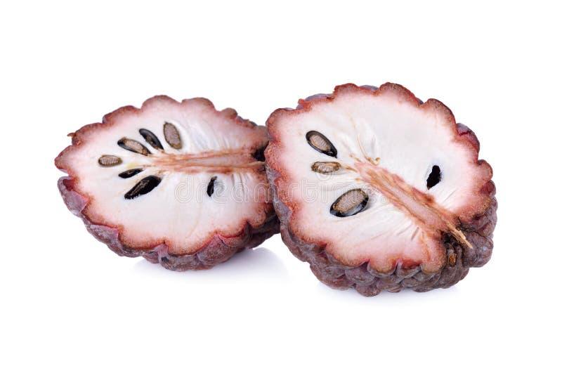 Połówki custard jabłka rżnięta dojrzała czerwona skóra na białym tle obraz stock