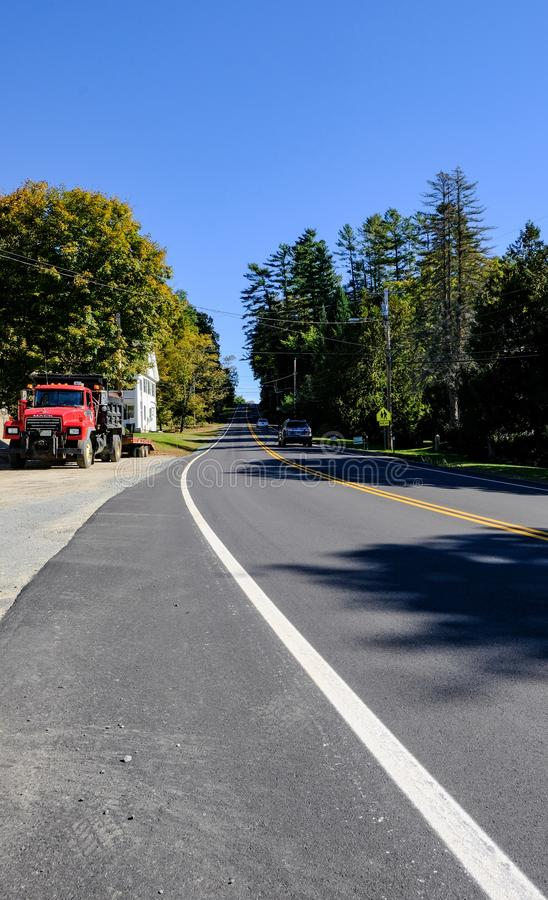 Połówki pusta droga widzieć podróżować w odległym, przez lasu w Vermont, Stany Zjednoczone obrazy royalty free