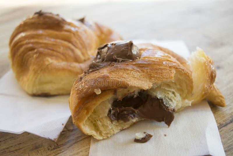 Połówki rżnięty czekoladowy croissant zdjęcie stock