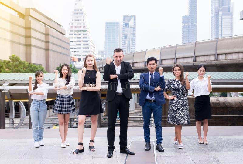 Połączenia i nabycie, Pomyślna grupa biznesowi różnorodność ludzie, Drużynowa sukcesu osiągnięcia ręka podnosząca w górę lub trzy zdjęcie stock