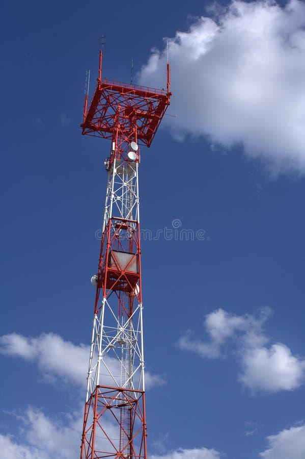Połączenie w obudowie typu tower z masztem i anteny na niebieskim niebie z chmurami Transmisja i odbiór sygnałów fotografia royalty free
