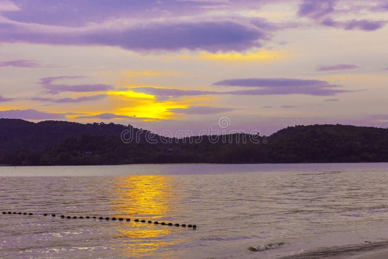 Położenia słońca jaśnienie w chmurnego nieba tle na morzu, Azja region, wyspa Langkawi, Malezja obraz royalty free