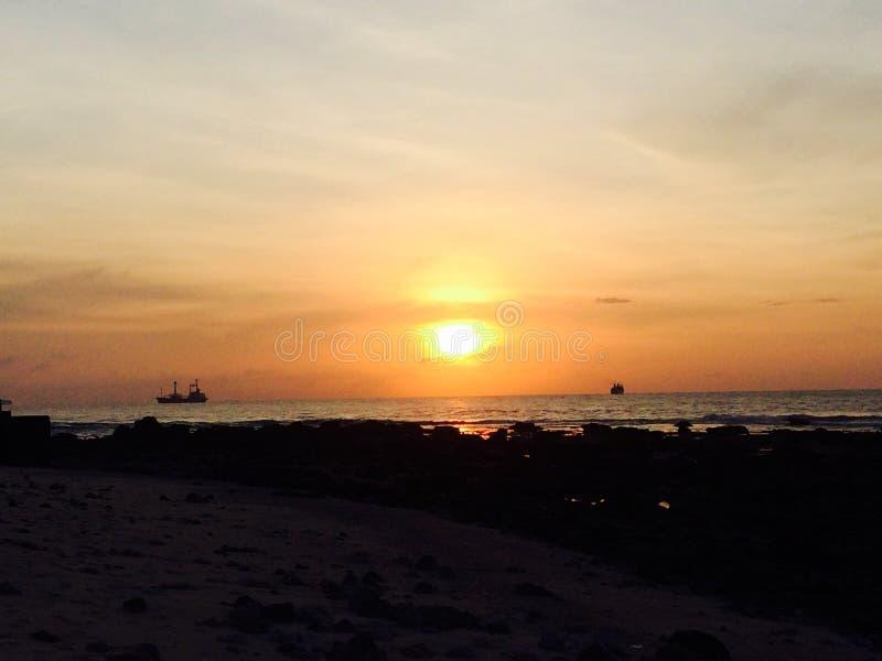 Położenia słońce między statkami fotografia royalty free