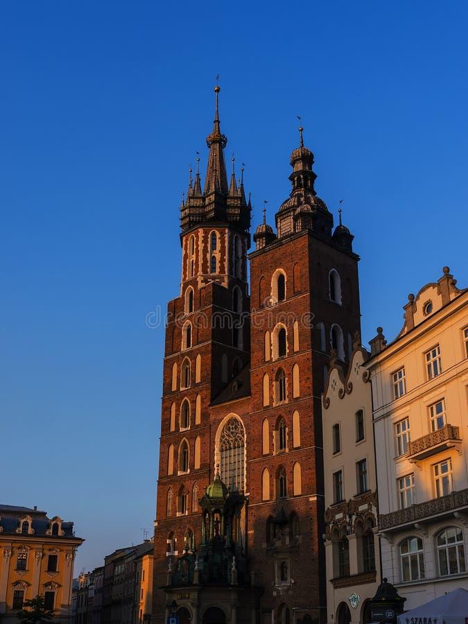 Położenia słońce na kościół Mariacki lub St Marys kościół w Krakow Polska zdjęcie stock