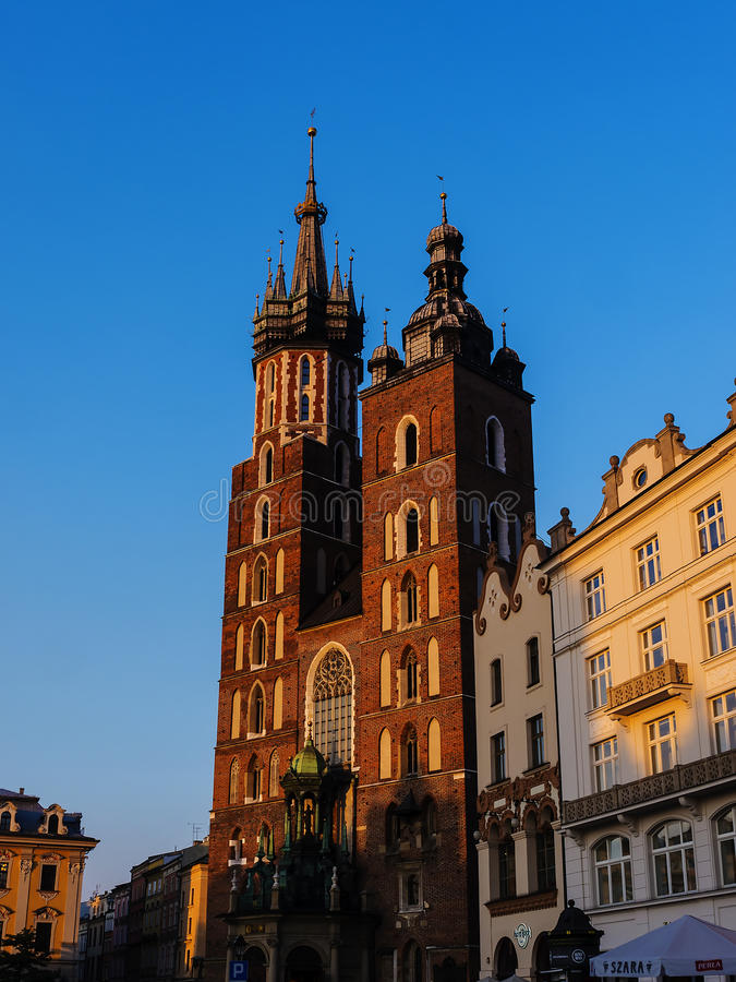Położenia słońce na kościół Mariacki lub St Marys kościół w Krakow Polska obraz stock
