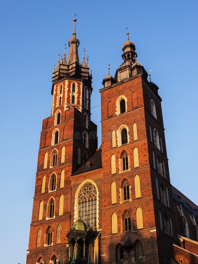 Położenia słońce na kościół Mariacki lub St Marys kościół w Krakow Polska zdjęcia stock