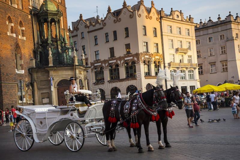 Położenia słońce na Mariacki bazylice na Targowym kwadracie w Krakow Polska fotografia royalty free