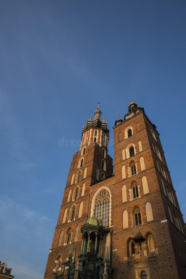 Położenia słońce na Mariacki bazylice na Targowym kwadracie w Krakow Polska obrazy royalty free