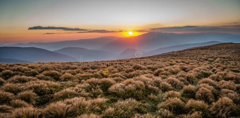 Położenia słońce w Karpackich górach obrazy royalty free