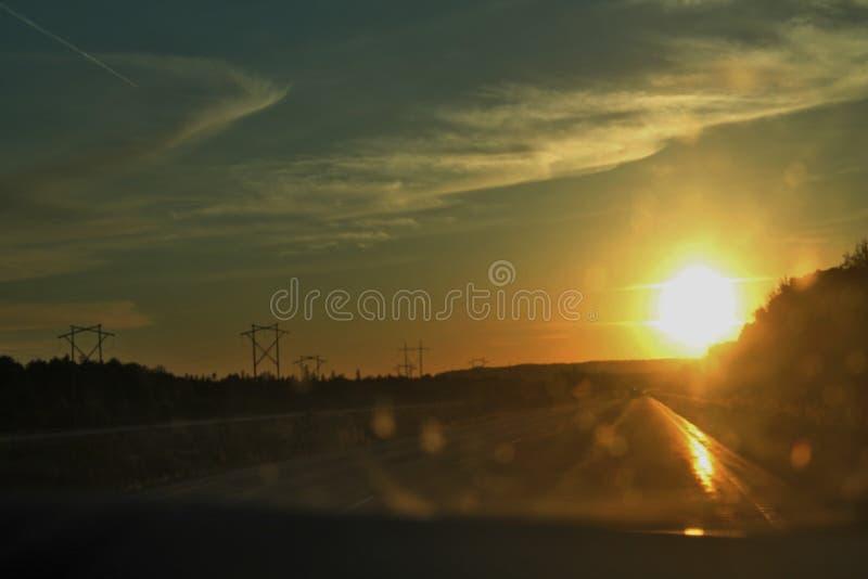 Położenia słońce - widok Przez Samochodowej przedniej szyby zdjęcie stock