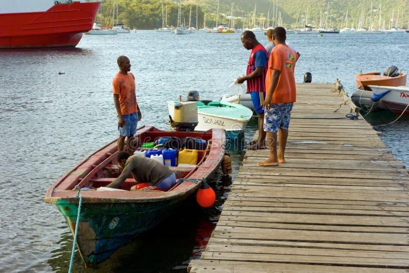 Połowu pirogue przy Bequia targowym jetty fotografia stock