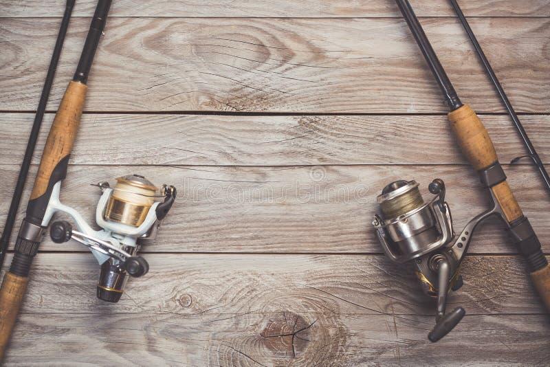 Połowu pojęcie Łowić przędzalnianych prącia i rolki z liniami na drewnianym tle z bezpłatną przestrzenią zdjęcie stock