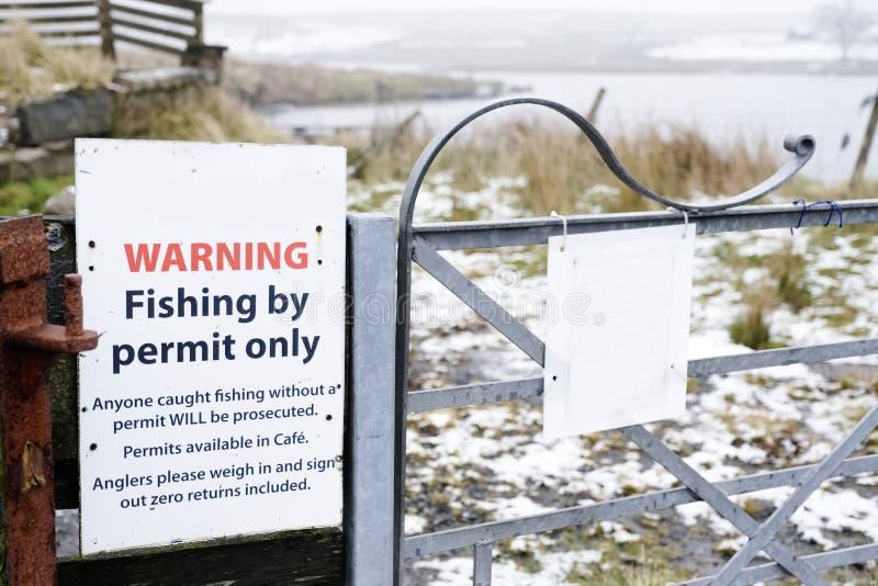 Połowu pozwolenia tylko znak ostrzegawczy przy intymnym jeziorem i loch w wsi obrazy royalty free