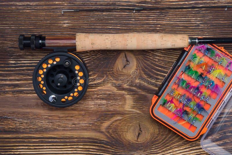 Połowu prącie z rolką i pudełkiem z setem noże, dla łowić, na ciemnym starym drewnianym tle, tam jest miejsce dla fotografia stock