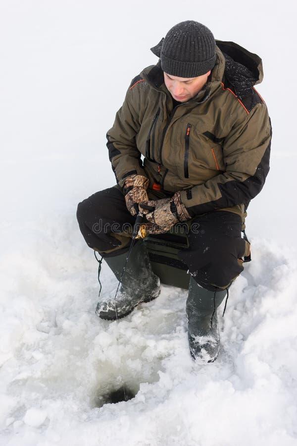 połowu rybi lód właśnie kłama Russia Transbaikalia łapać w pułapkę zima zdjęcia royalty free