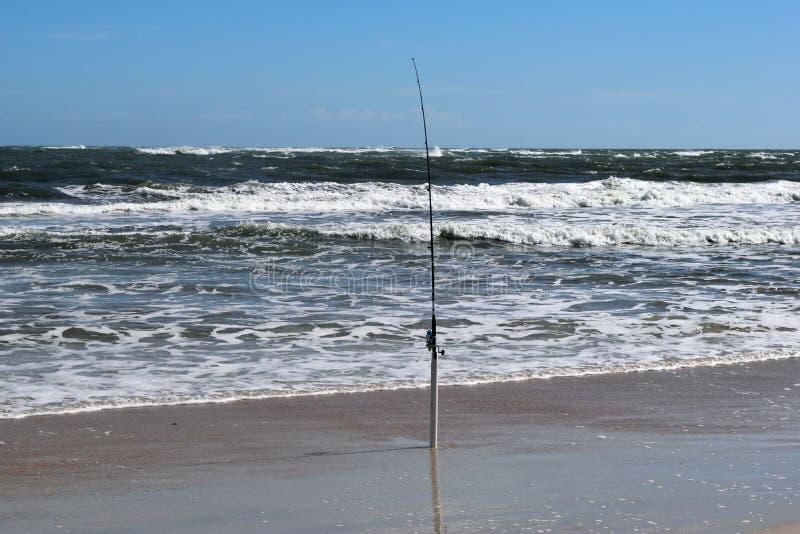 Połowu słup przy ocean plaży tłem obraz stock
