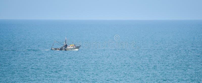 Połowu trawlera łódź na oceanie spokojnym przewodzi za morzu na pogodnym letnim dniu fotografia stock