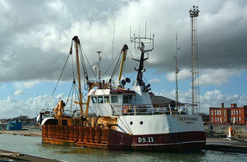 Połowu trawlera naczynie Vertrouwen opuszcza Shoreham schronienie, Sussex, UK obraz stock