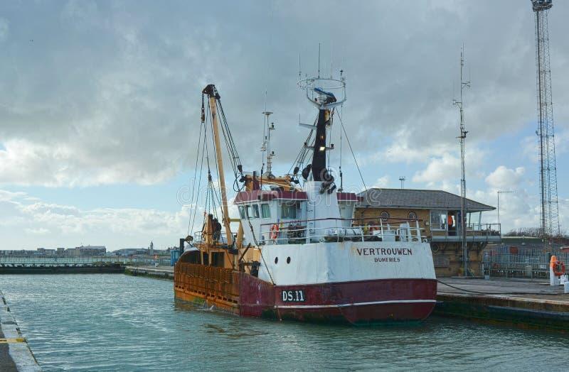 Połowu trawlera naczynie Vertrouwen opuszcza Shoreham schronienie, Sussex, UK zdjęcia stock