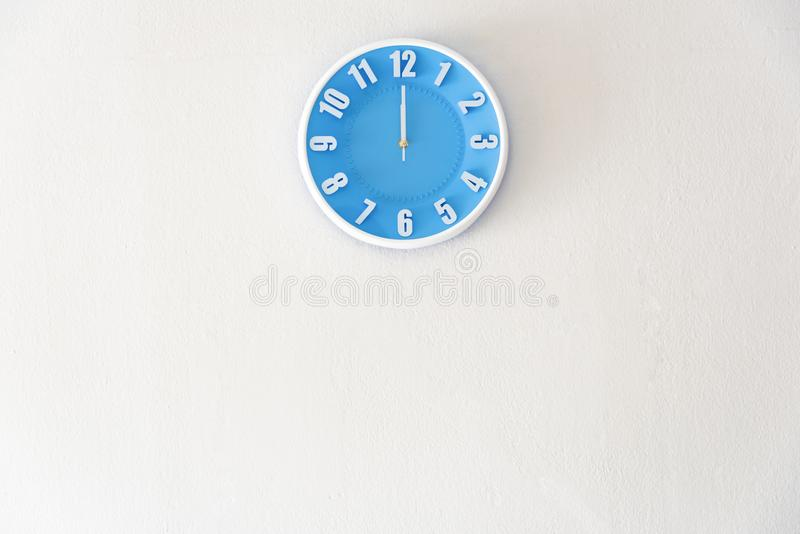 Południa lub północy czas z 12:00 zegarem wewnątrz na białej betonowej ścianie obrazy stock