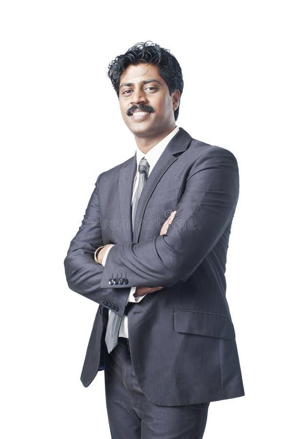 Południowa Indiańska biznesmen pozycja z jego rękami krzyżować zdjęcia royalty free