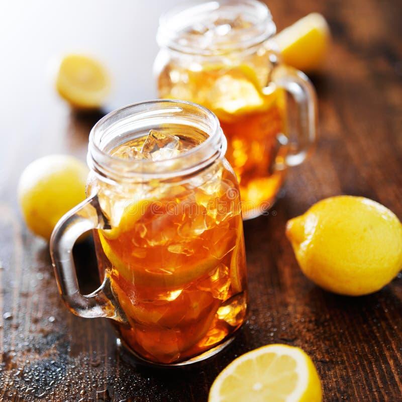 Południowa słodka herbata w nieociosanym słoju obrazy stock