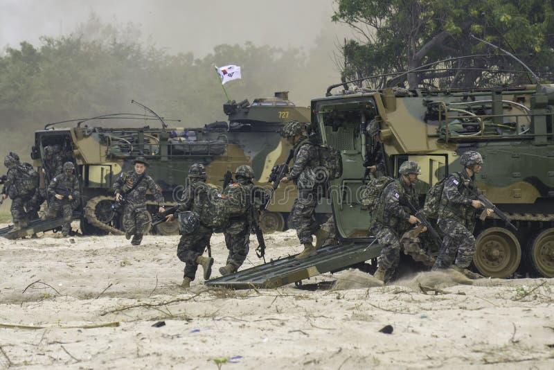 Południowego Korea infantrymen bieg od napad amfibii atakować cele podczas kobry złota 2018 ćwiczenia wojskowe fotografia royalty free