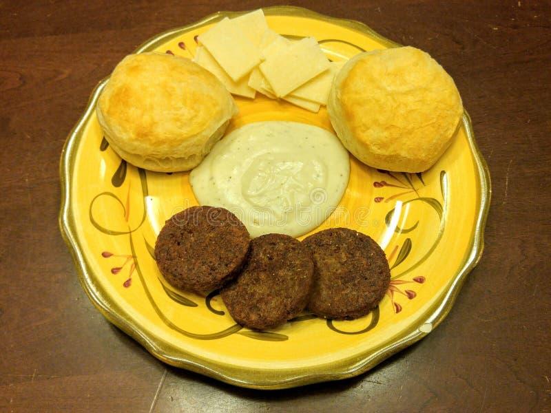 Południowi usadowić ciastka, sos z veggie kiełbasą & obraz royalty free