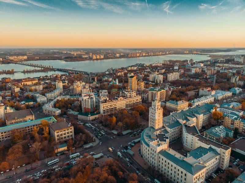 południowo-wschodni Kolejowy administracja budynek w Voronezh i powietrzny panoramiczny widok miasta śródmieście przy jesień zmie obraz royalty free