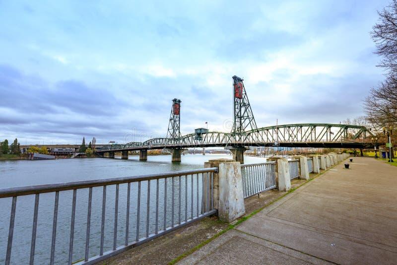 Południowo-zachodni Hawthorne mosta widok od nabrzeże parka Portland fotografia royalty free