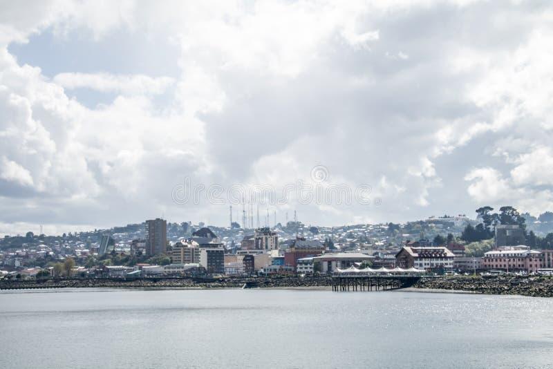 Południowy Chili miasteczko wzdłuż jeziornego przodu zakrywającego w chmurach zdjęcia stock