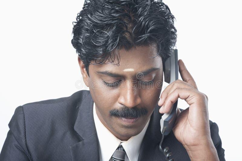 Południowy Indiański biznesmen opowiada na telefonie zdjęcie stock