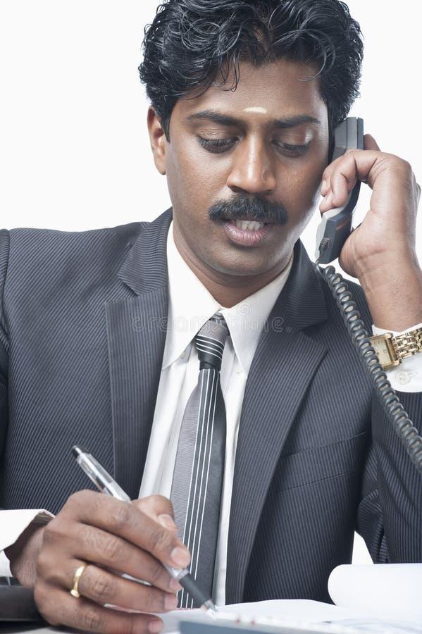 Południowy Indiański biznesmen opowiada na telefonie zdjęcia stock