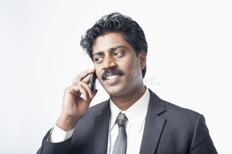Południowy Indiański biznesmen opowiada na telefonie komórkowym zdjęcie royalty free