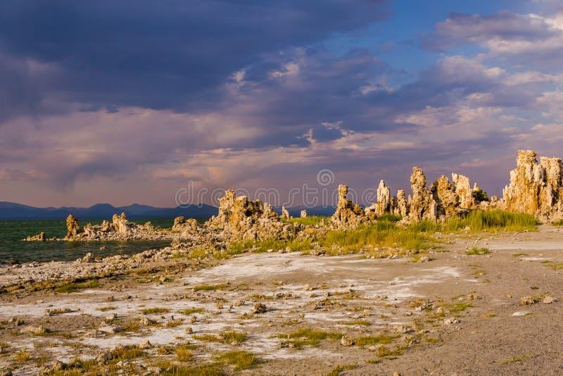 Południowy Tufa teren przy Mono jeziorem przy zmierzchem obrazy stock