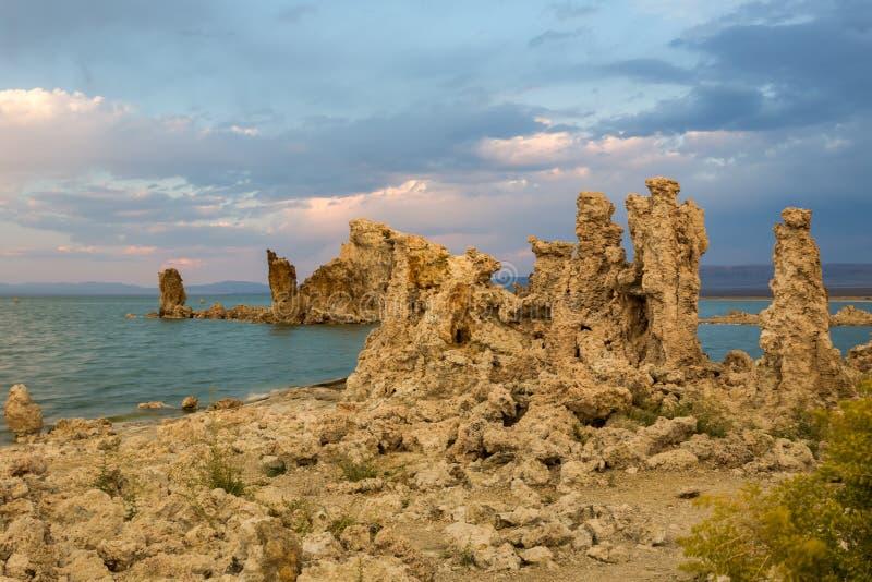 Południowy Tufa teren przy Mono jeziorem przy zmierzchem zdjęcia royalty free