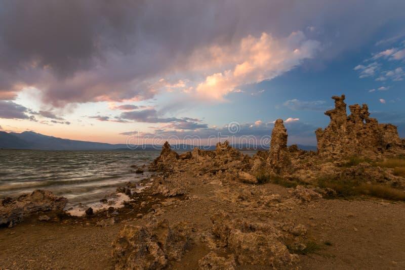 Południowy Tufa teren przy Mono jeziorem przy zmierzchem obrazy royalty free
