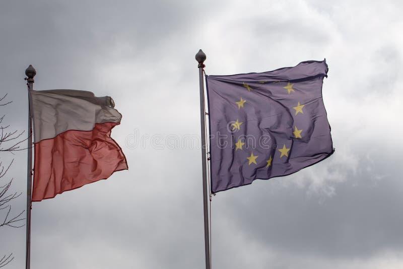 Połysk flaga i Europejski zjednoczenie przeciw chmurnemu niebu pojęcie perishable powiązania obrazy stock