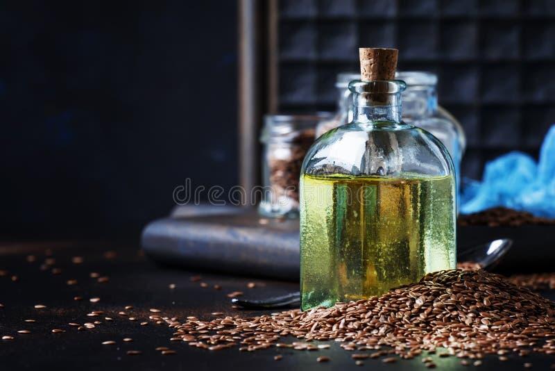 Pościeli lub lna zimno - naciskający olej w butelce, wieśniaka styl, rocznik obraz royalty free