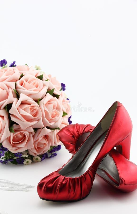Download Poślubiać Buty I Bukiet Kwiaty Zdjęcie Stock - Obraz złożonej z tło, mienie: 42525752