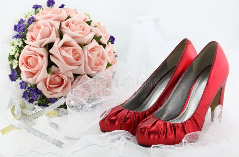 Download Poślubiać Buty I Bukiet Kwiaty Zdjęcie Stock - Obraz złożonej z perły, tło: 42525848