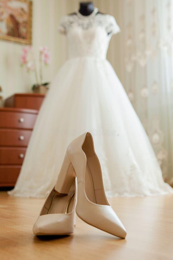 Poślubiać buty obok kolor żółty ściany w mieszkaniu fotografia stock