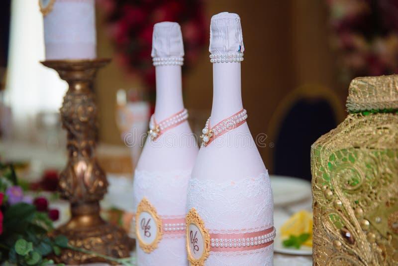 Poślubiać dekorującego stół z świeczkami i szampanem w tenderly bławym stylu zdjęcie stock