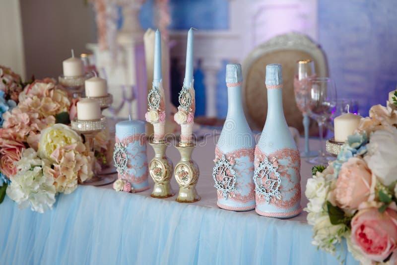 Poślubiać dekorującego stół z świeczkami i szampanem w tenderly bławym stylu obraz royalty free