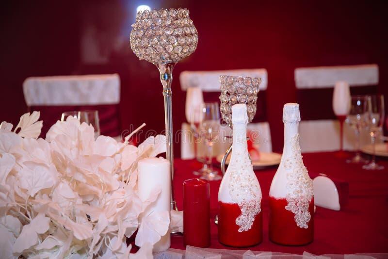 Poślubiać dekorującego stół z świeczkami i szampanem w tenderly bławym stylu obraz stock