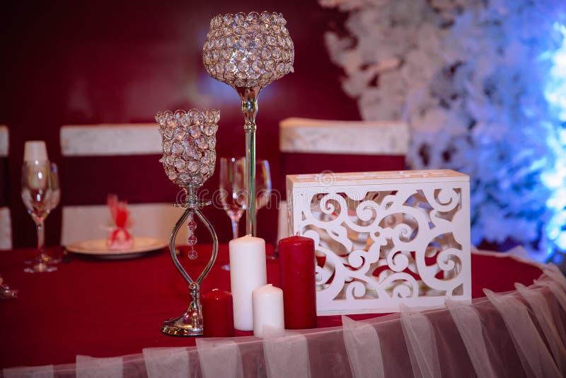 Poślubiać dekorującego stół z świeczkami i szampanem w tenderly bławym stylu obrazy royalty free