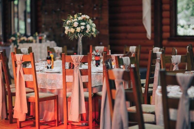 poślubiać dekoruje przygotowanie Zgłasza set i innego catered wydarzenie gościa restauracji, luksusowy ślubu stołu położenie dla  obraz stock